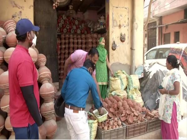 Sale of diya increases in Delhi